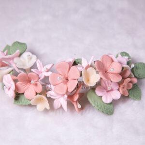 Arranjo em porcelana fria e flores colorida
