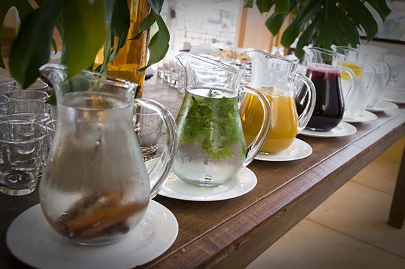 mesa com água aromática